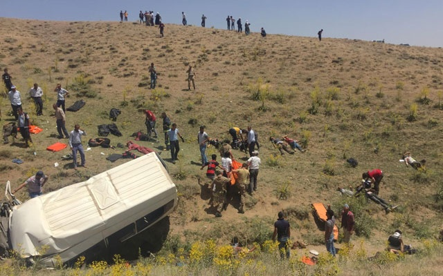 Turkish soldiers and medics carry wounded illegal migrants after a minibus crash in Van, Turkey, July 18, 2019. Demiroren News Agency (DHA) via REUTERS