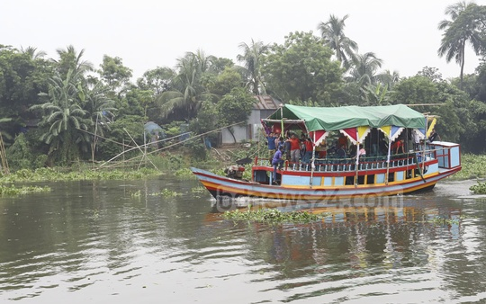 Boat rides on the Balu River have become a popular attraction during monsoon. The photo was taken in Dhaka's Kayetpur on Saturday. Photo: Asif Mahmud Ove