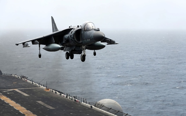 A US AV-8B Harrier aircraft lands on the flight deck of USS Boxer (LHD-4) in the Arabian Sea off Oman July 17, 2019. Picture taken July 17, 2019. Reuters