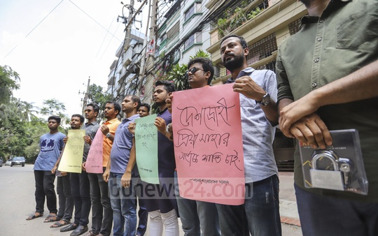 A group of youth formed a human chain in front of the residence of Priya Saha in Dhaka on Saturday, in a protest against her controversial remarks to US President Donald Trump about alleged persecution of religious minorities in Bangladesh. Photo: Asif Mahmud Ove