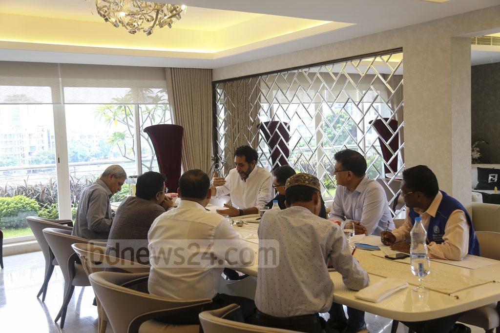Dhaka South City Mayor Mohammad Sayeed Khokon speaking with representatives of World Health Organisation over the spread of mosquito-borne dengue fever at his Banani house on Saturday. Photo: Mahmud Zaman Ovi