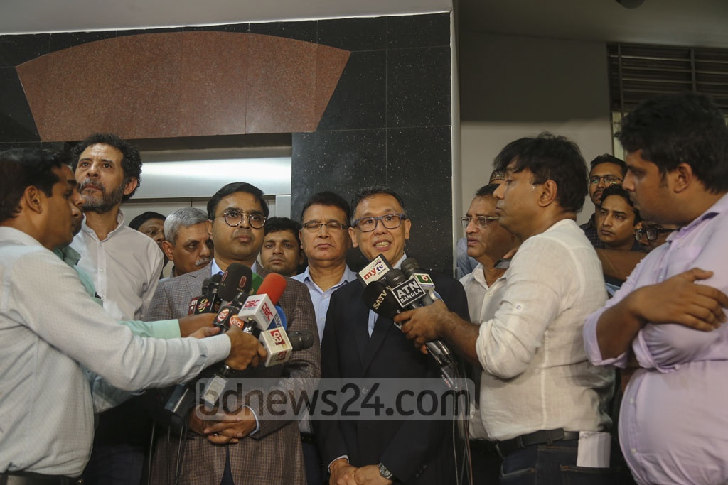 Dhaka South City Mayor Mohammad Sayeed Khokon and World Health Organisation representatives addressing the media after their meeting over the spread of dengue fever on Saturday. Photo: Mahmud Zaman Ovi