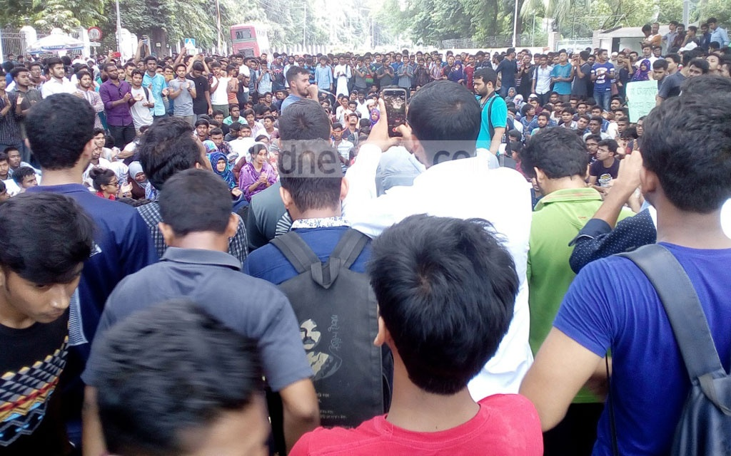 Student protesters staging a protest after locking up the main gates of Dhaka University's academic and administrative buildings on Sunday, demanding the authorities cancel the university's affiliations with seven government colleges. Photo: Asif Mahmud Ove