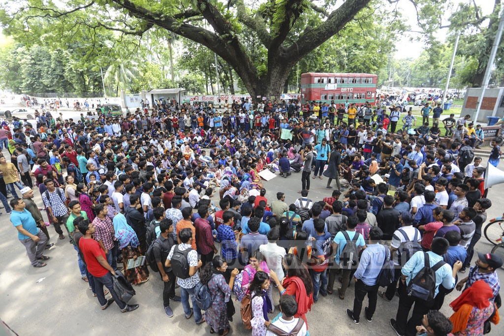 Dhaka University students demonstrated at the VC Square on Sunday demanding cancellation of its affiliation with seven colleges. Photo: Asif Mahmud Ove