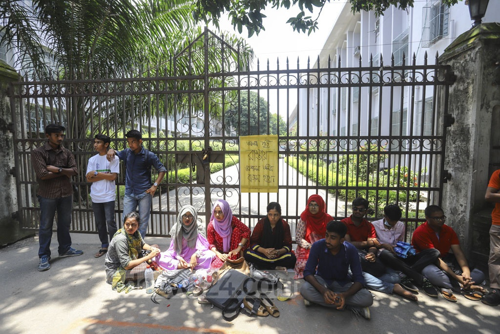 Some Dhaka University students locked the gate of the vice-chancellor's office on Sunday demanding cancellation of its affiliation with seven colleges. Photo: Asif Mahmud Ove