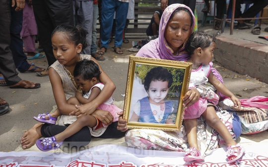 Rajia Sultana, a resident of Old Dhaka's Gandaria area, staging a sit-in protest in front of the National Press Club in Dhaka on Monday to demand justice over the murder and rape of her two-year-old daughter in January. Photo: Mahmud Zaman Ovi