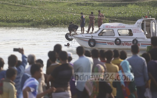 A fire service rescue team on Monday seeking to recover a private car which veered out of control and plunged into the Turag River in Savar's Aminbazar. Photo: Abdullah Al Momin
