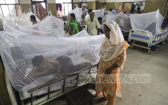 The number of patients afflicted with the mosquito-borne dengue virus is on the rise in Dhaka and its surrounding areas. A special ward for dengue patients have thus been opened in several private and public hospitals in the capital. This photo was taken in Dhaka's Shaheed Suhrawardy Medical College Hospital on Monday. Photo: Abdullah Al Momin