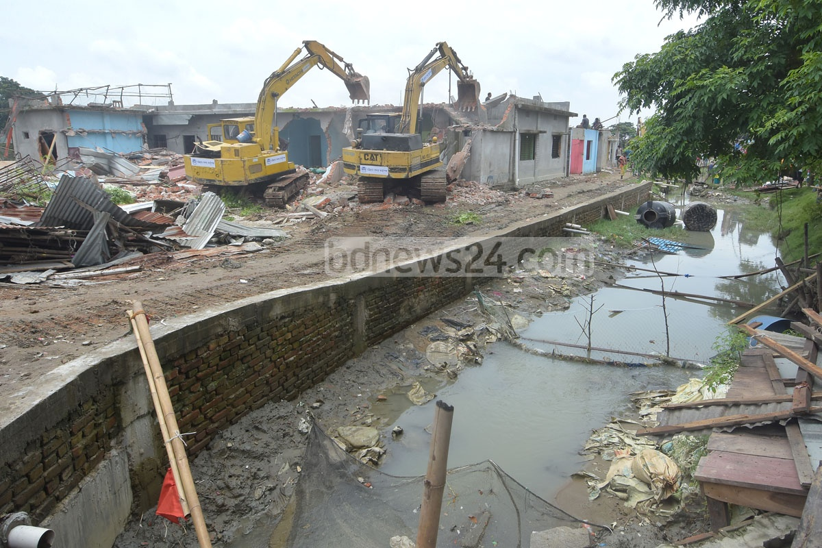 Chattogram port authorities conducting a drive to remove illegal structures from the banks of the Karnaphuli River at Laldiar Char area on Monday. Photo: Suman Babu