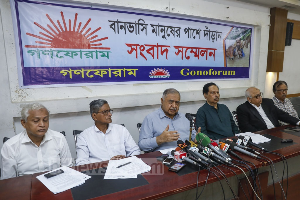 Gono Forum President Dr Kamal Hossain urges people to help those who are stranded by floods at a press conference at the National Press Club in Dhaka on Monday. Photo: Mahmud Zaman Ovi