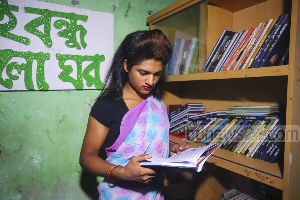 Boi Bondhu, an online book store which also allows subscribers to share books, has launched a library named 'Alo Ghar' in Dhaka's Kamalapur in an effort to provide education facilities for marginalised transgender people who are locally known as 'Hijra'. Photo: Asif Mahmud Ove