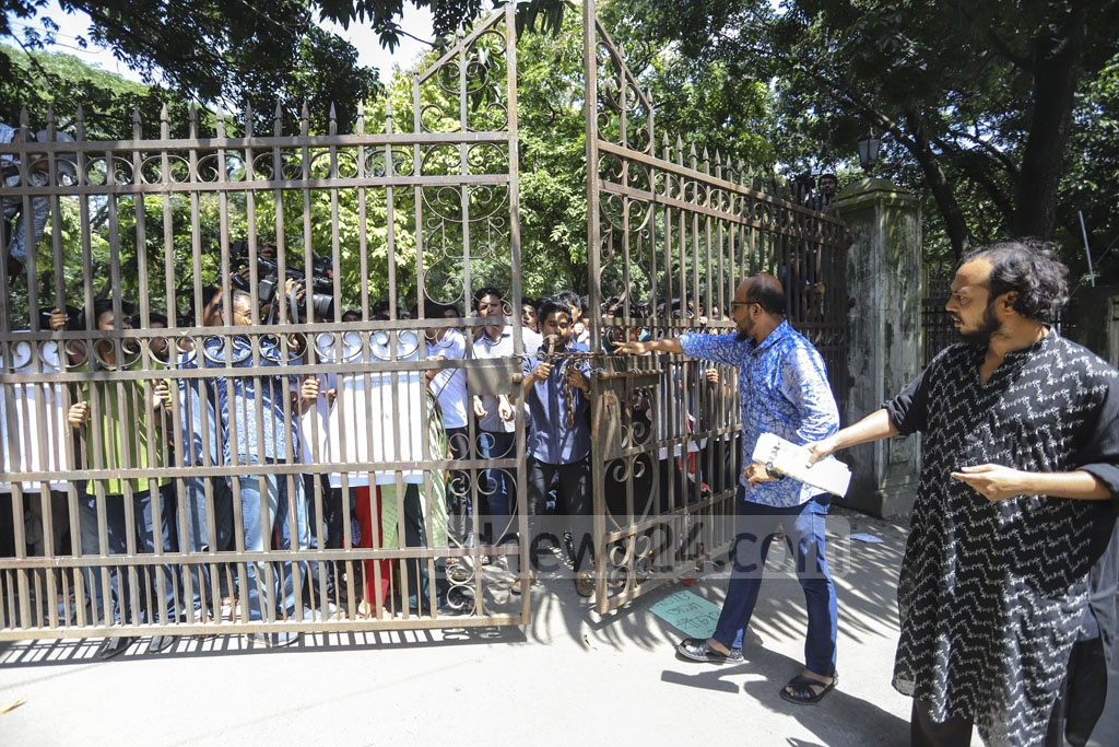 Bangladesh Chhatra League activists submitted a memorandum to the Dhaka University pro vice-chancellor by breaking the locks put by demonstrators against affiliation of seven colleges with the university on Tuesday. Photo: Asif Mahmud Ove
