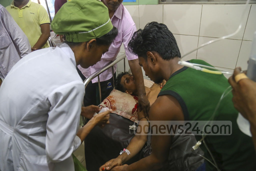 Nurses at the Dhaka Medical College Hospital are rending to a patient who has caught dengue fever. Photo: Mahmud Zaman Ovi