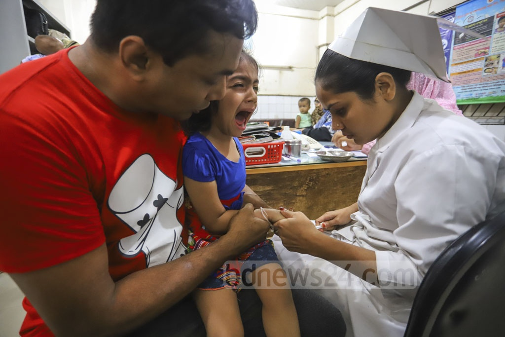 A nurse drawing blood from a child for dengue test at the Shishu Hospital amid an outbreak of the mosquito-borne disease in Dhaka. Photo: Asif Mahmud Ove