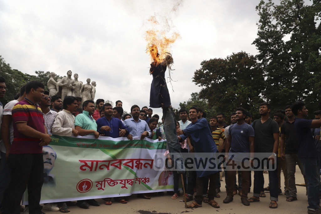 The activists of Muktijuddho Mancha's Dhaka University chapter torched effigies of the health minister and two city mayors on Sunday as part of their demonstration against controversial remarks by the three on dengue fever.