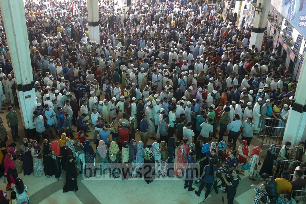 Long queues at Dhaka's Kamalapur Railway Station on Monday as people waited to buy advance train tickets for Eid travels on the first day of sale. Photo: Mostafigur Rahman