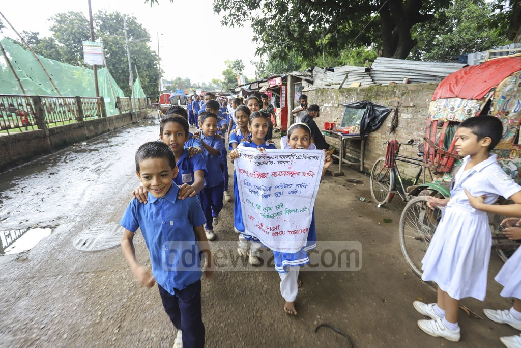 Students of BK Aftab Model Government Primary School in Tejgaon took part in an awareness campaign on Tuesday in an effort to prevent an outbreak of dengue. Photo: Asif Mahmud Ove