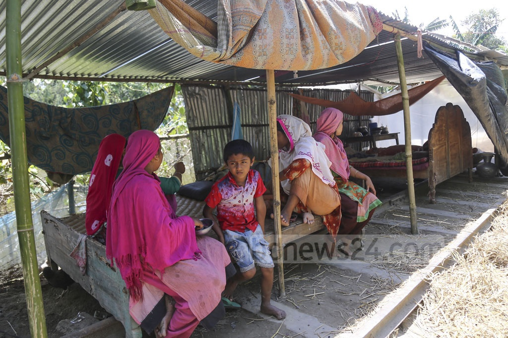 People at the flood-affected Chilmari Upazila in Kurigram have been living on the rail tracks since last month. The photo was taken from the coastal region in the Upazila on Tuesday. Photo: Mahmud Zaman Ovi