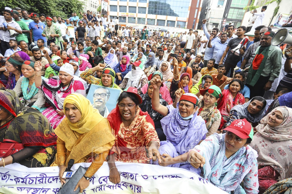 Bangladesh Municipality Service Association staged a sit-in outside the Secretariat in Dhaka on Wednesday over different demands, including payment of due salary. Photo: Asif Mahmud Ove