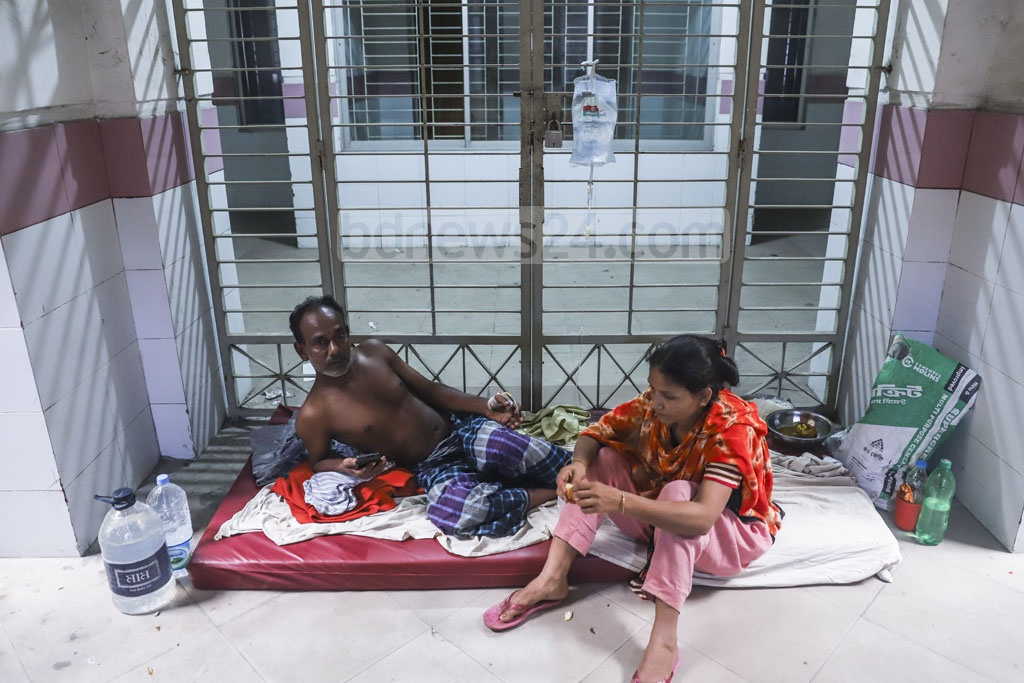 Doctors at the Mugda General Hospital in Dhaka are struggling to attend to a rapidly rising number of dengue patients amid an outbreak, forcing the hospital authorities to keep the patients on the floor. Photo: Abdullah Al Momin