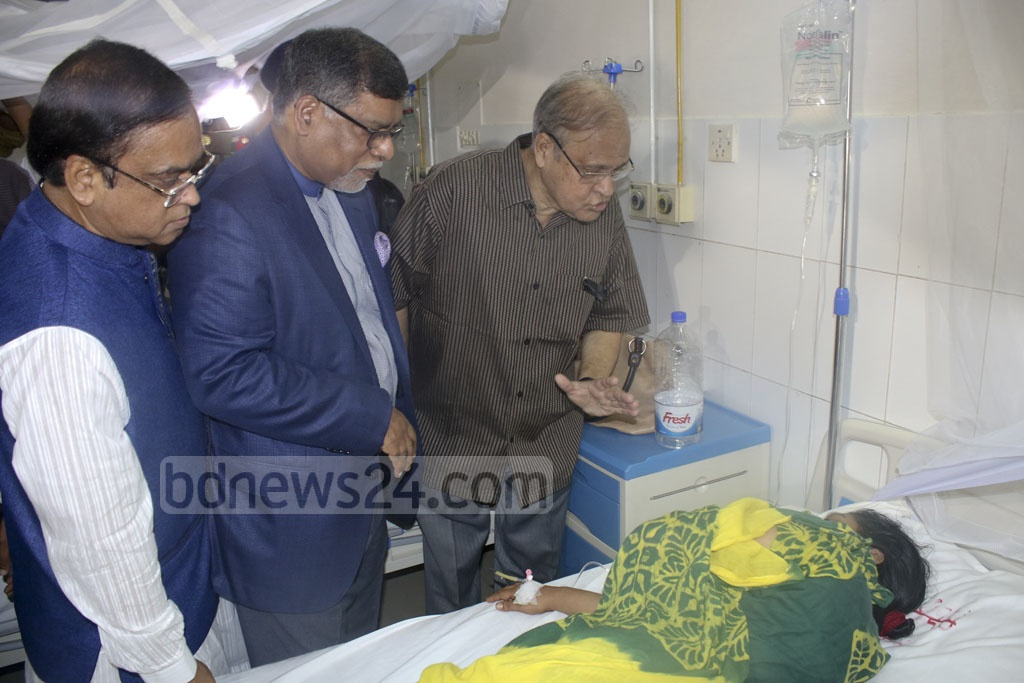 Health Minister Zahid Maleque visiting patients after inaugurating a 'dengue corner' at the Sir Salimullah Medical College Hospital in Old Dhaka on Thursday.