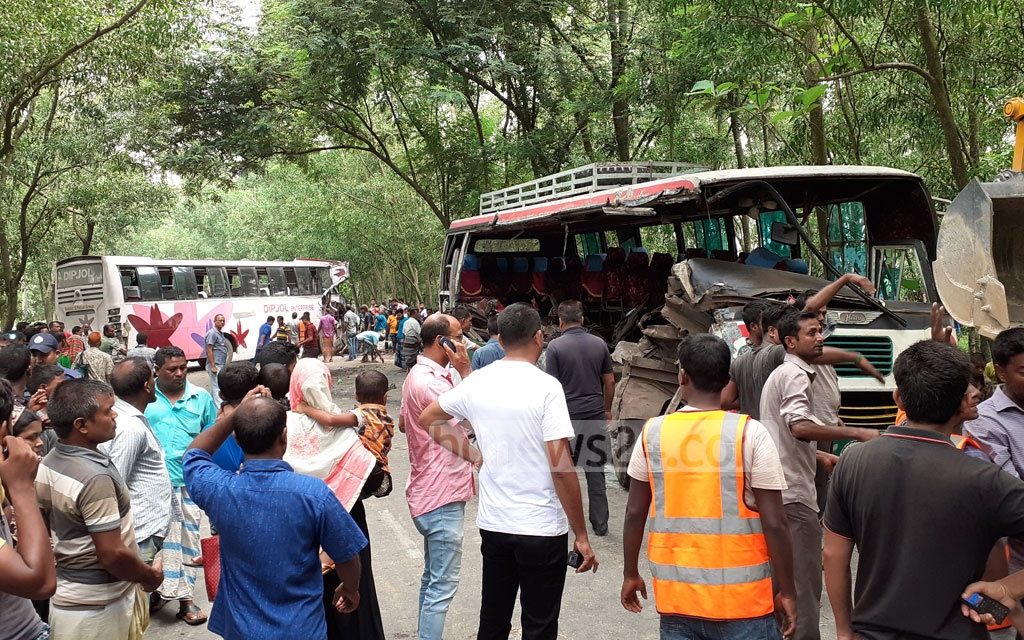 A head-on collision between two buses on the Thakurgaon-Dhaka Highway at Thakurgaon Sadar Upazila on Friday left at least eight people dead and 20 others injured.