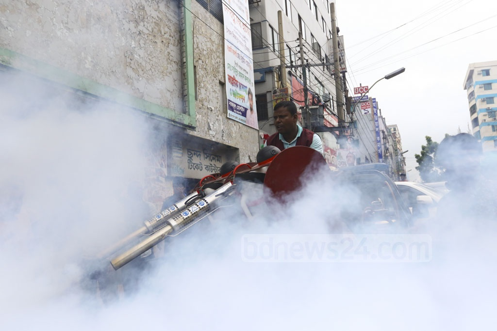 Dhaka city authorities finally start their efforts to control dengue fever by killing mosquitos. This photo shows city corporation workers spraying mosquito repellents in Farmgate area of Dhaka on Saturday. Photo: Mahmud Zaman Ovi