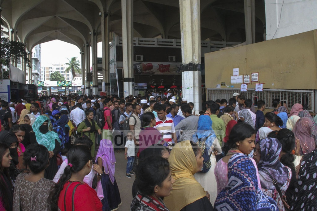 Homebound holidaymakers crowded Kamalapur Railway Station on Thursday, the last working day before the Eid vacation.