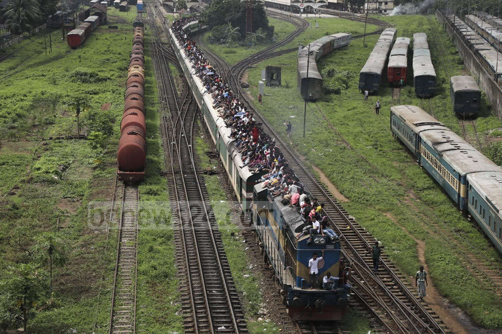 A train departing Kamalapur Railway Station on Saturday with thousands of people on the rooftops of its carriages. Photo: Mostafigur Rahman