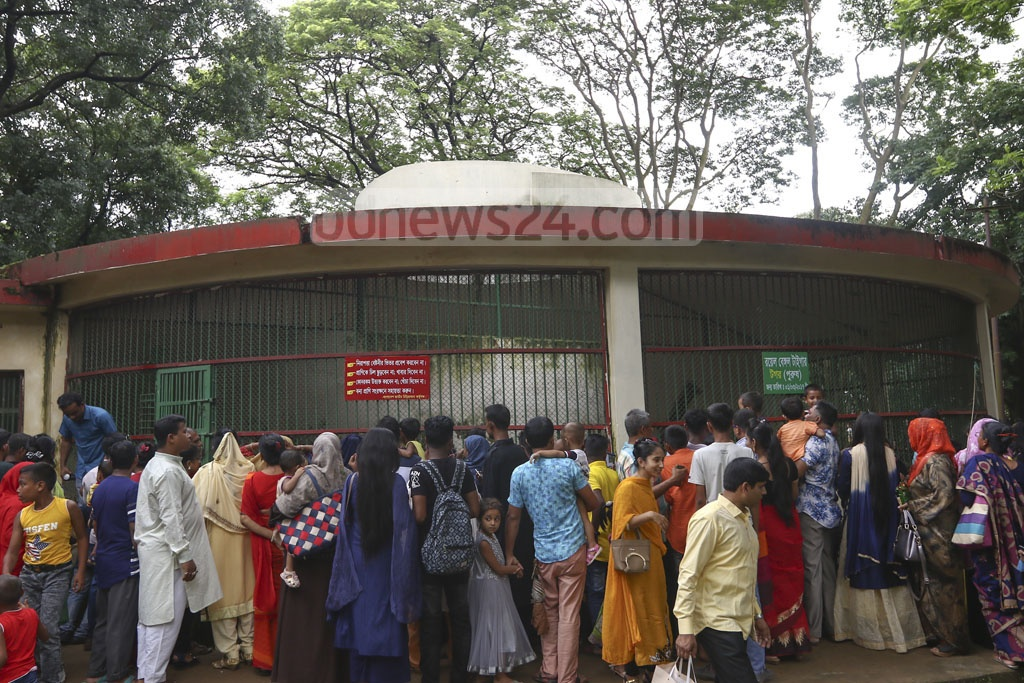 Visitors gathered outside the tiger cage, a top draw at the zoo, in Dhaka's Mirpur on Tuesday, a day after the Eid-ul-Azha. Photo: Mahmud Zaman Ovi