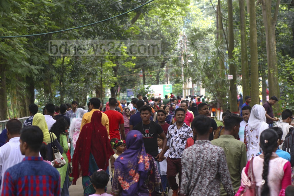 People of different ages crowding Bangladesh National Zoo in Dhaka's Mirpur a day after the Eid-ul-Azha. Photo: Mahmud Zaman Ovi