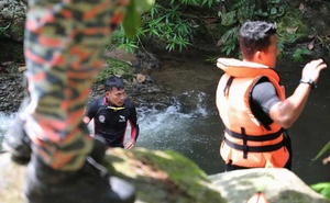 Members of Malaysian rescue team take part in a search and rescue operation for 15-year-old Irish girl Nora Anne Quoirin who went missing from a resort in Seremban, Malaysia, August 7, 2019. Reuters
