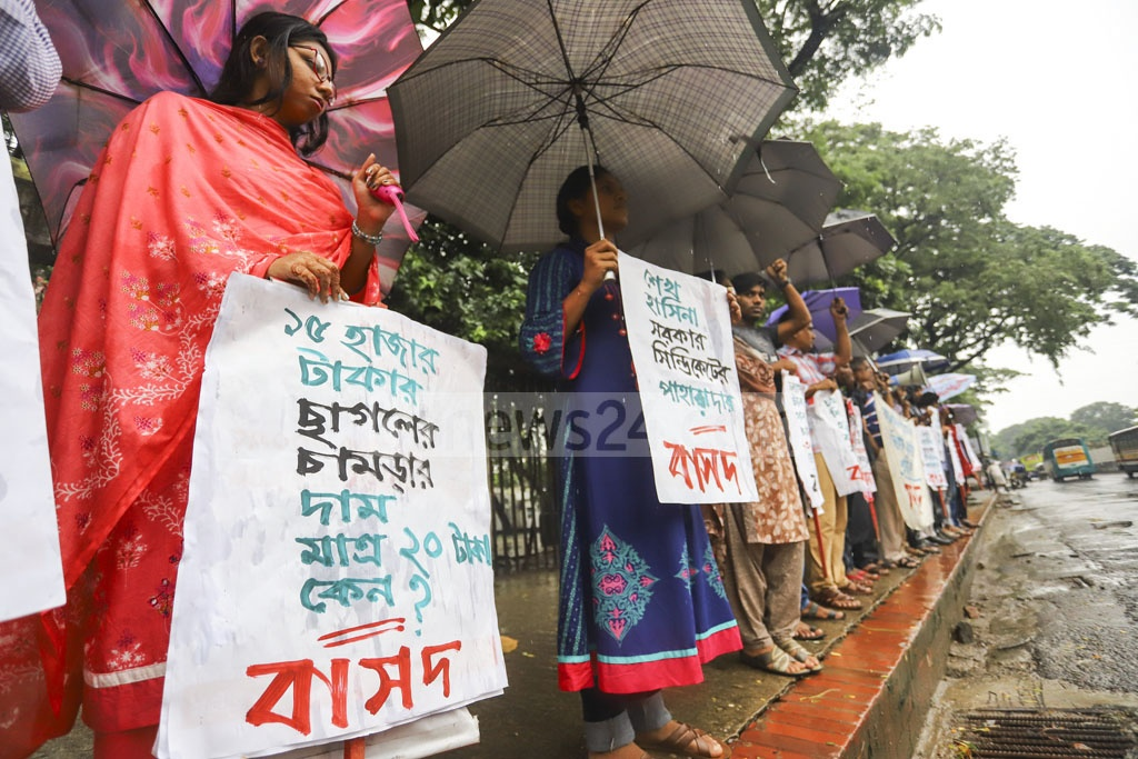 Bangladesher Samajtantrik Dal, or BaSad, activists forming a human chain in front of the National Press Club in Dhaka to call for an end to the price manipulation of rawhide by an alleged syndicate. Photo: Asif Mahmud Ove
