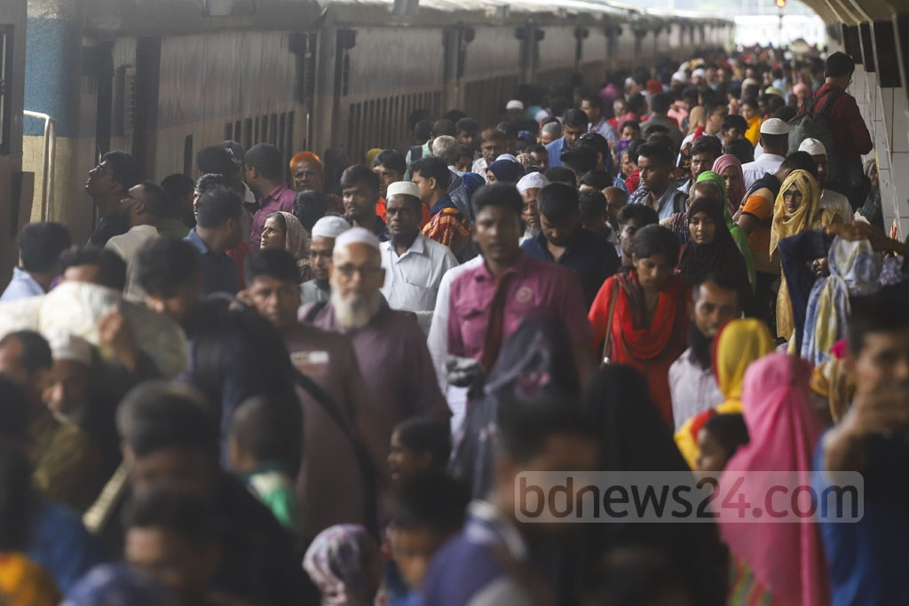 Holidaymakers returning to Dhaka after the Eid-ul-Azha holidays. The photo was taken at Kamalapur Railway Station on Wednesday. Photo: Abdullah Al Momin