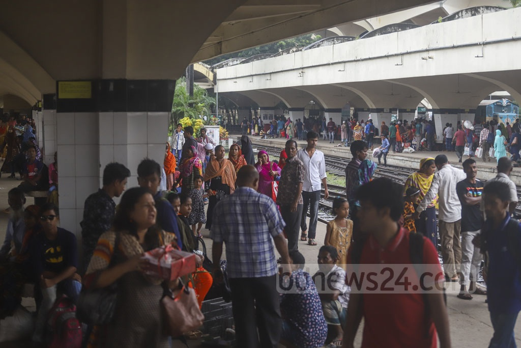 People are still leaving Dhaka even after the end of the Eid-ul-Azha holidays. The photo was taken at Kamalapur Railway Station on Wednesday. Photo: Abdullah Al Momin