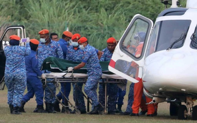 A body believed to be 15-year-old Irish girl Nora Anne Quoirin who went missing is brought out of a helicopter in Seremban, Malaysia, Aug 13, 2019. REUTERS