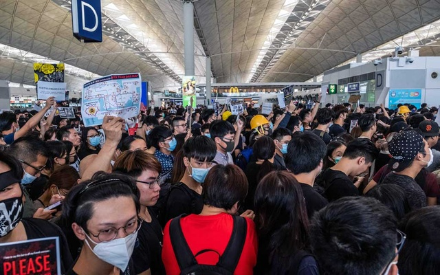Protesters rally at Hong Kong International Airport on Monday, Aug. 12, 2019. The airport came to a near halt on Monday, with more than 150 flights canceled after thousands of demonstrators flooded one of the world's busiest transportation hubs in a show of anger over the police's response to protests the night before. (Lam Yik Fei/The New York Times)