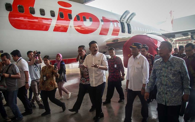 Founder of Lion Air Group Rusdi Kirana walks with Indonesia's Transport Minister Budi Karya Sumadi and Indonesia's Coordinating Minister of Economic Affairs Darmin Nasution, as they inspect the facilities of Batam Aero Technic (BAT) at Hang Nadim International airport in Batam island, Indonesia, August 14, 2019 in this photo taken by Antara Foto. Antara Foto/M N Kanwa/ via REUTERS