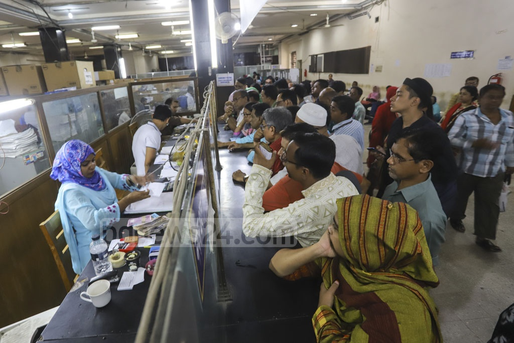 Customers crowding the central branch of the state-run Sonali Bank in Dhaka's Motijheel on Wednesday, the first working day after the Eid vacation. Photo: Asif Mahmud Ove