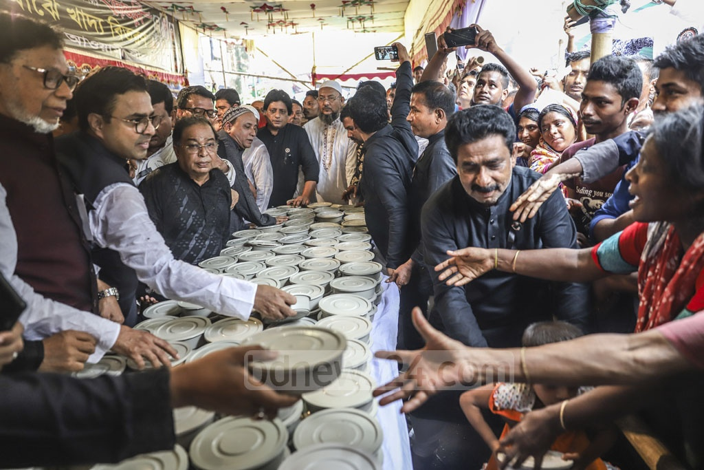 Dhaka South Mayor Mohammad Sayeed Khokon distributing food among the poor at a National Mourning Day programme outside the ruling Awami League's headquarters on Bangabandhu Avenue on Thursday. Photo: Abdullah Al Momin