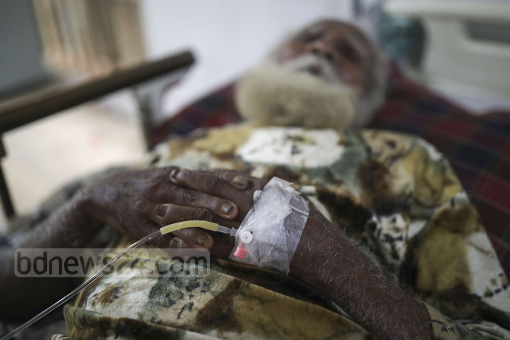 An elderly man suffering from dengue fever lying on a bed on a veranda of Mugda Medical College Hospital in Dhaka on Thursday. The number of new patients has started to rise again after a drop during Eid holidays.