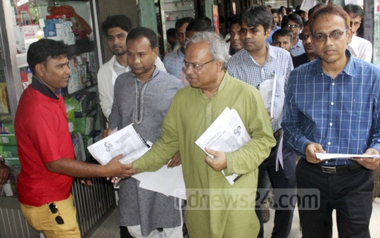 BNP Senior Joint Secretary General Ruhul Kabir Rizvi distributes leaflets among the people at Shahbagh in Dhaka on Sunday to raise awareness about dengue fever.