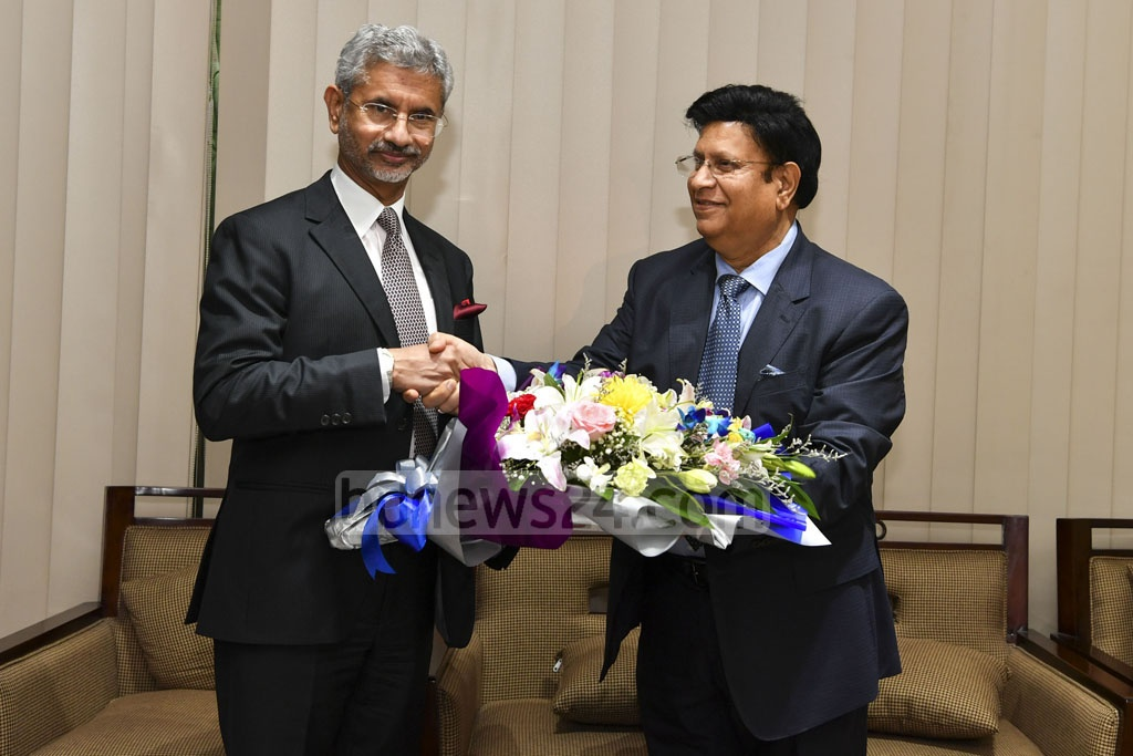 Foreign Minister AK Abdul Momen greeting India's External Affairs Minister S Jaishankar on his arrival at Shahjalal International Airport in Dhaka on a three-day trip on Monday.