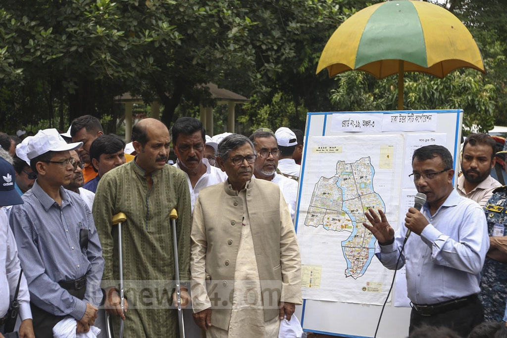 Bishwo Shahitto Kendro chief Professor Abdullah Abu Sayeed and DNCC Mayor Atiqul Islam launched a 'combing operation' against Aedes larvae at Shahid Fazle Rabbi Park at Gulshan-1 in Dhaka on Tuesday. Photo: Mahmud Zaman Ovi