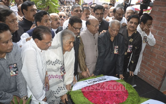 Awami League General Secretary Obaidul Quader places a wreath with his party leaders at a monument at Bangabandhu Avenue in Dhaka to pay respect to the victims of the Aug 21 grenade attack on Wednesday, the 15th anniversary of the massacre. Photo: Asif Mahmud Ove