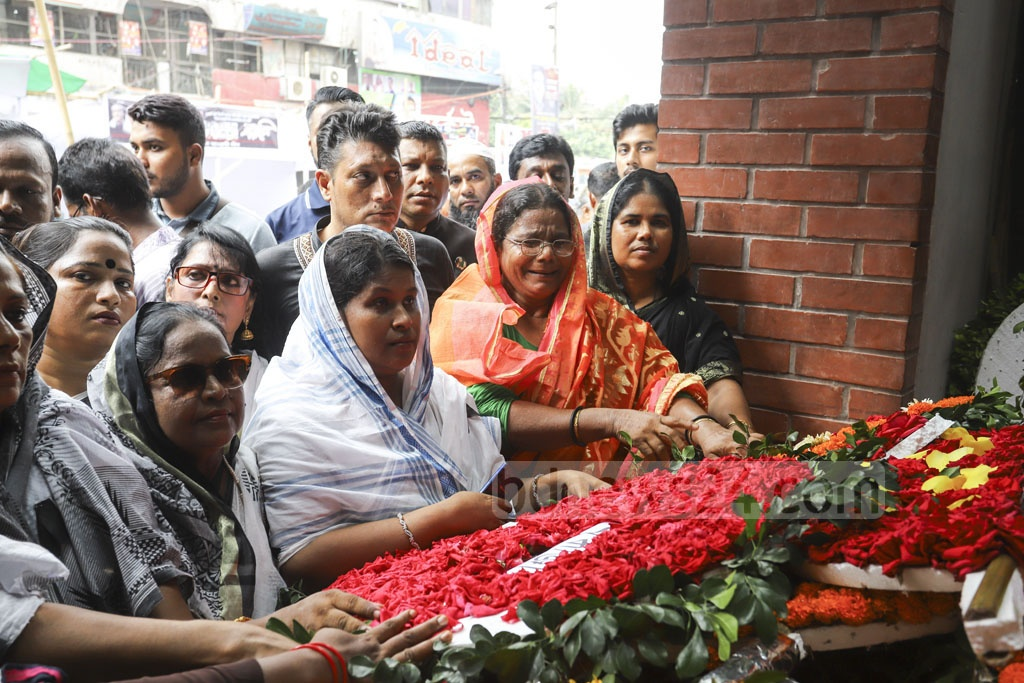 Several victims, including women, wounded in the Aug 21, 2004 grenade attack place wreaths at a monument at Bangabandhu Avenue in Dhaka remembering those killed in the carnage on Wednesday, the 15th anniversary of the massacre. Photo: Asif Mahmud Ove