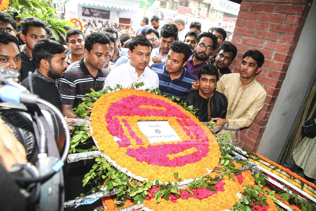 People from all walks of life join an event at a monument at Bangabandhu Avenue in Dhaka to pay respect to the victims of the Aug 21 grenade attack on Wednesday, the 15th anniversary of the massacre. Photo: Asif Mahmud Ove
