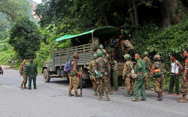 FILE PHOTO: Myanmar army soldiers queue to climb into a vehicle after an insurgent attack on the Myanmar-China major trading route in Nawnghkio township, Shan state, Myanmar Aug 15, 2019. REUTERS