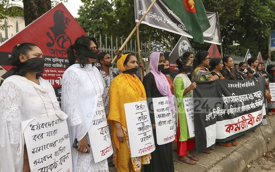 Working women formed a human chain in the Dhaka's Shahbagh on Friday demanding trial of those involved in the murder of Yasmin in 1995 in Dinajpur.