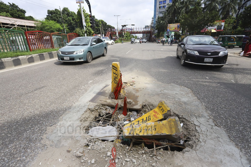 Concrete cones are piled on top of an exposed manhole to avoid traffic mishaps on the Mirpur Road in the capital's Asad Gate. Photo: Asif Mahmud Ove